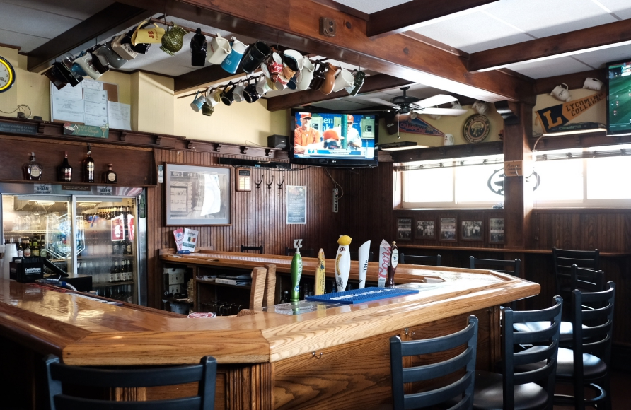 Front bar at the Oaklyn Manor. Credit: Tricia Burrough.
